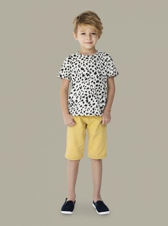 Jonge kid boy full body standing lachende geïsoleerde portret