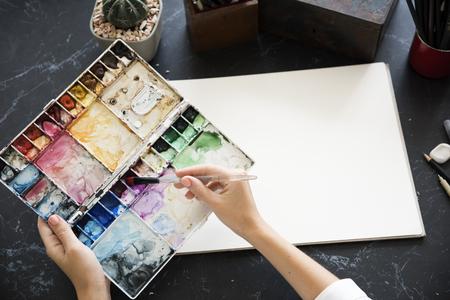 Kunstenaar Schilderen Kleuren Illustratie Kantoorbehoeften Op Tafel