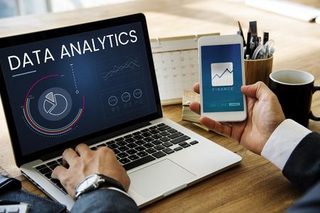 ビジネス グラフ データ解析のラップトップ上のグラフィック 写真素材 - 81891280