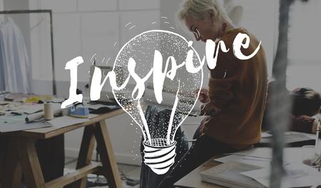 Inspireer creativiteit met verbeeldingskracht met een gloeilamp