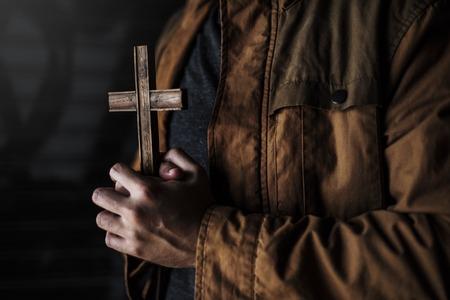 Volwassen vrouw handen met kruis bidden voor God religie Stockfoto