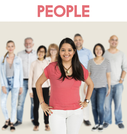 Gruppe von Diversity Menschen zusammen Set Studio isoliert Standard-Bild - 82015365