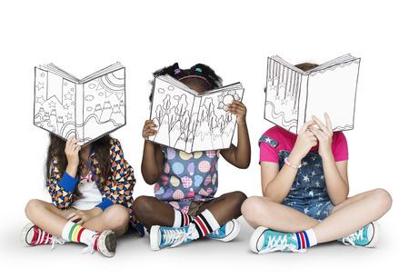 Kleine kinderen lezen verhalenboeken Stockfoto
