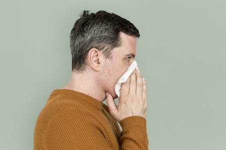 남자 재채기 감기 심한 발열 손수건