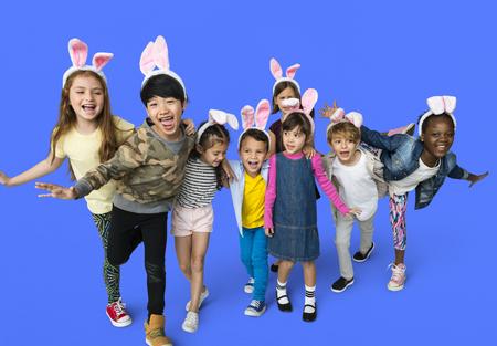 ウサギのカチューシャでキュートで愛らしい子供の幸せグループ