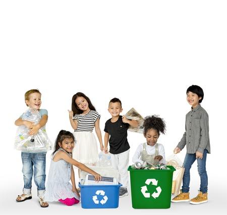 子供たちがゴミのリサイクルの多様なグループ