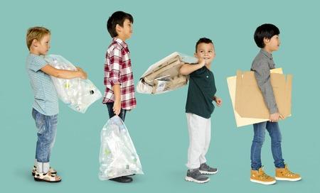 niños reciclando: Diverso grupo de niños reciclando basura Foto de archivo