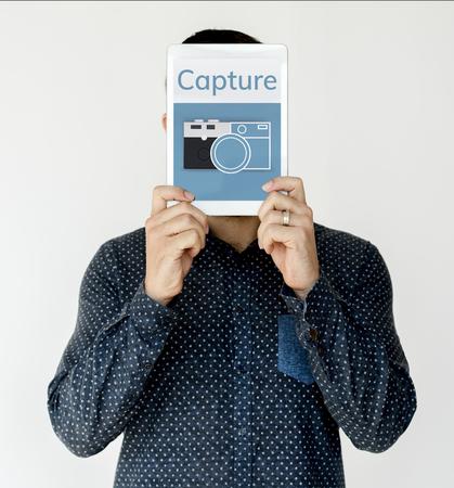 Illustration der Kamera sammeln die Erinnerungen auf digitale Tablette Standard-Bild - 81944585