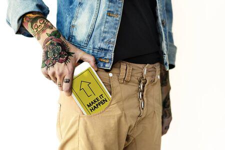 ネットワーク グラフィック オーバーレイ デジタル デバイスを持っているズボンのポケットに手 写真素材