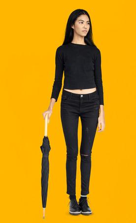 Femme sensibilisation Curieux concept parapluie Portrait Banque d'images - 81949685