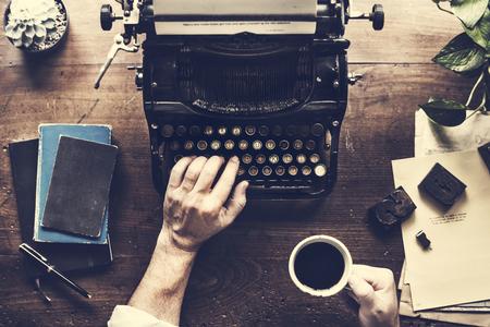 Main taper rétro machine à écrire machine écrivain Banque d'images - 83073430