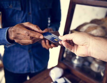 クレジット カードでのお客様と売り手の支払い 写真素材
