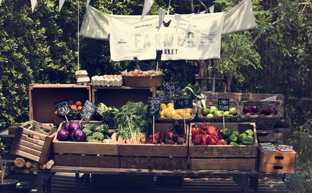 農家市場で有機の新鮮な農産物 写真素材