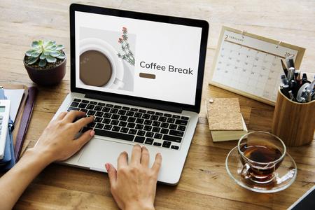 ラップトップの商業コーヒー カップの装飾、カフェのイラスト 写真素材