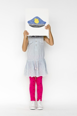 Enfants avec un dessin de chapeau de police Banque d'images - 81976986