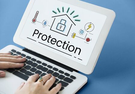 Illustration de la technologie d'automatisation de l'invention de la maison intelligente sur ordinateur portable Banque d'images - 81976833