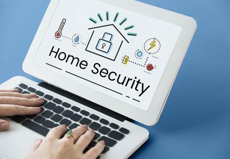 Illustration de la technologie d'automatisation de l'invention de la maison intelligente sur ordinateur portable Banque d'images - 81965395