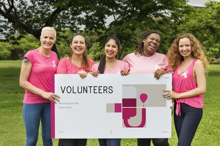 Groupe de femmes tenant bannière de la forêt de don de sang Banque d'images - 82050635