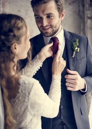 신부 돕는 신랑 결혼식을 위해 위로 옷을 입는다.