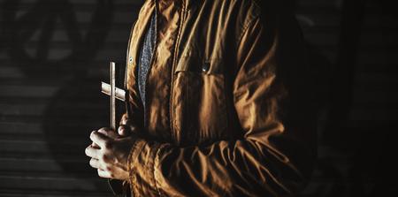 Erwachsene Frau Hände halten Kreuz beten für Gott Religion Standard-Bild - 82051981