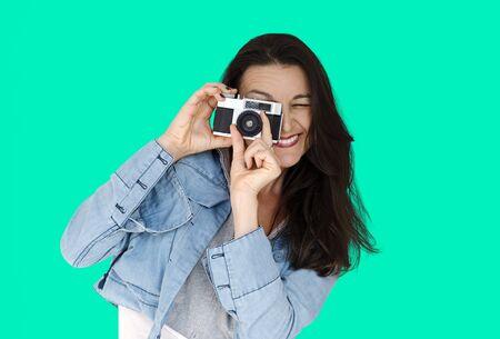 カメラを使用してキャプチャする女性