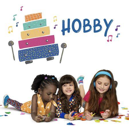 Les enfants au début des activités de loisirs pour les enfants l'éducation musicale Banque d'images - 82006465