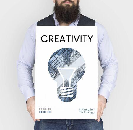 創造的なアイデアのデジタル テクノロジーの電球のバナーを抱きかかえた 写真素材