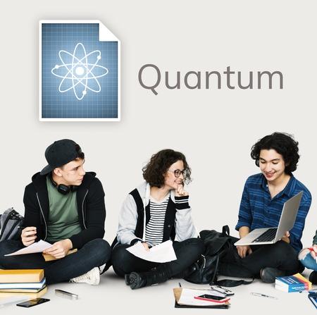 Studenten die banner van de netwerk de grafische bekleding aan muur werken Stockfoto