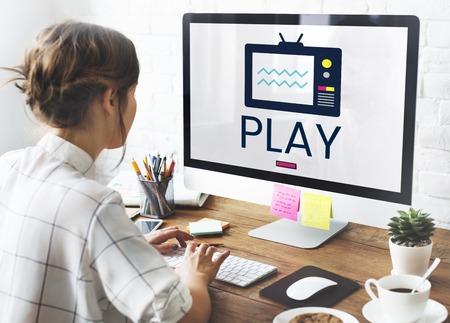 Illustration von TV-Sendung Medienunterhaltung am Computer Standard-Bild - 82023897
