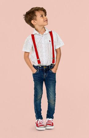 白人の少年立っている背景のスタジオ ポートレートを探して 写真素材