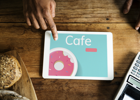 디지털 태블릿에 달콤한 디저트 도넛 과자의 그림