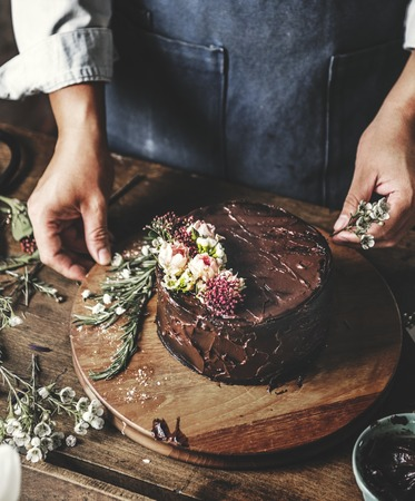 Baker Man Using Flowers Decorating Chocolate Cake Stok Fotoğraf