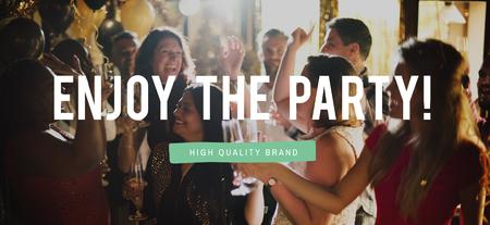 乾杯は友人と幸せな陽気なパーティーを一緒に楽しむ
