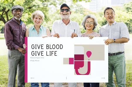 Groep hogere volwassen holdingsbanner van bloeddonatiecampagne