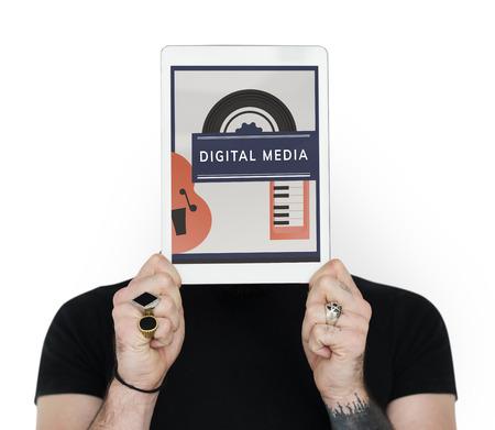 얼굴 네트워크 그래픽을 다루는 디지털 장치를 들고 남자 스톡 콘텐츠 - 82091519