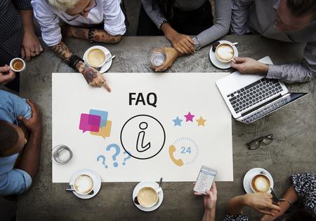 일러스트와 함께 사람들의 그룹 온라인 고객 서비스에 문의 스톡 콘텐츠 - 82091215