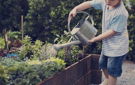 Kind in einer Gartenerfahrung und Idee Standard-Bild - 82415308
