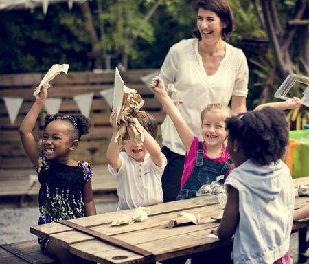 niños reciclando: Un grupo de niños está en una excursión