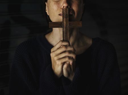 Mujer adulta manos sosteniendo la cruz rezando para dios religión Foto de archivo - 82091874