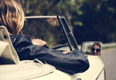 Windows를 사용하여 차를 운전하는 여성 스톡 콘텐츠