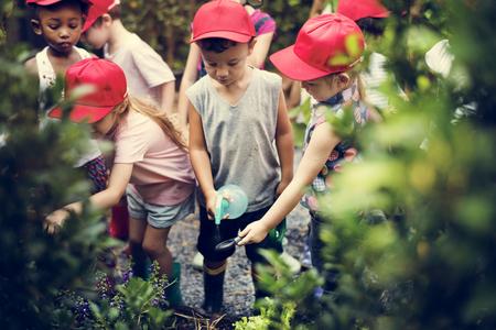 学習環境の農場で多様な子供たちのグループ