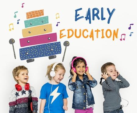 Les enfants au début des activités de loisirs pour les enfants l'éducation musicale Banque d'images - 82042605