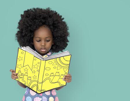 작은 아프리카 여자는 책을 읽고