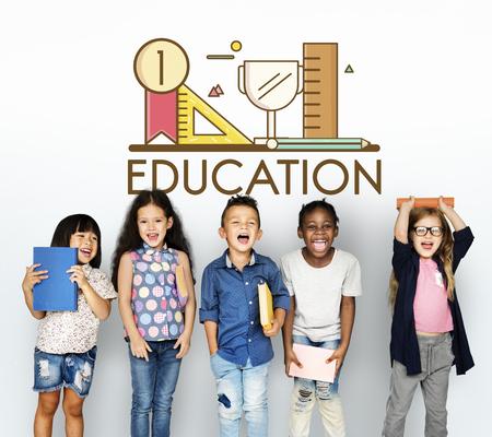 Gruppe von Studenten Bildung mit Schreibwaren Illustration Standard-Bild - 82162619