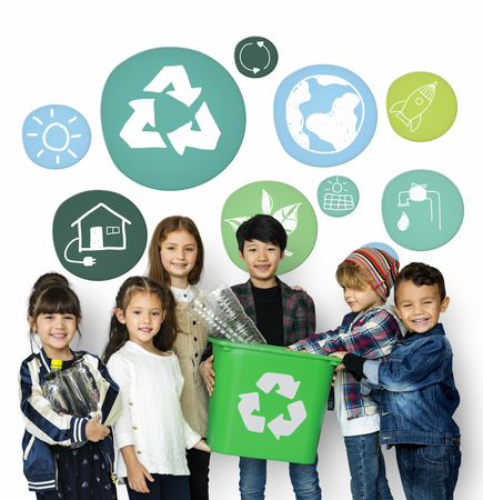Kleine Kinder mit Recycling-Zeichen Eco Friendly Earth Earth Graphic