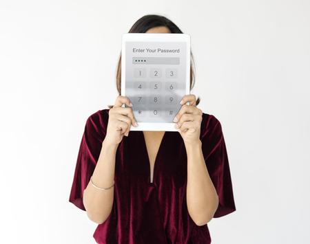 Vrouw met netwerk grafische overlay digitale apparaat bedekken gezicht Stockfoto