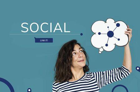 Vrouw met tekstballon met illustratie van sociale media online communicatie