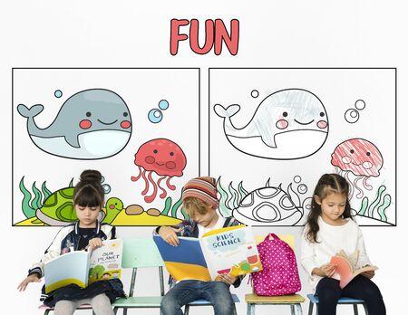 カップルの子供の読書とその背後にある楽しい壁面グラフィックの勉強 写真素材 - 82448485
