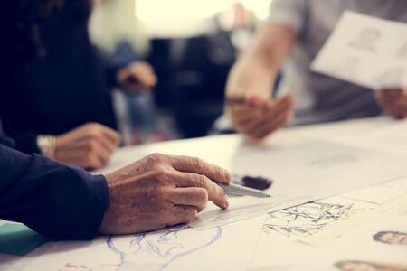 紙の上のウェブサイトのコンテンツ レイアウトの起動ビジネス人デザイン