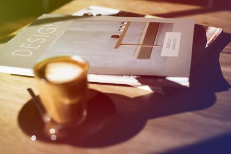 木製のテーブルの上にコーヒー カップを持つデザイン クラス 写真素材 - 82278215
